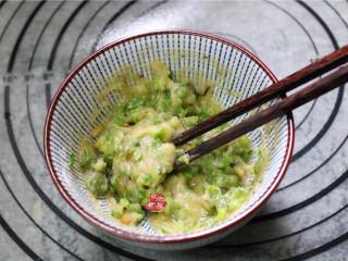 香煎葱花卷,加入葱花,快速搅拌均匀,即成油酥,放在一旁待用。