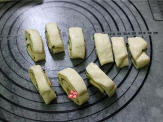 香煎葱花卷,将面条切出若干个大小统一的面剂子,面剂子尽量小一点,煎制起来容易熟透,口感更酥脆。