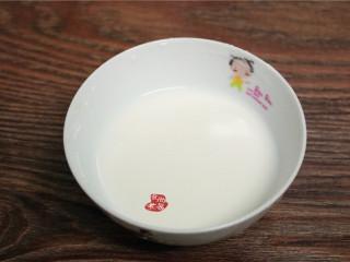 香煎葱花卷,碗里盛起10克淀粉,加入100克清水拌匀,放一旁待用。
