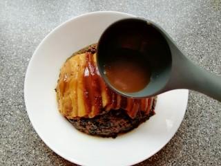 金牌天津扣肉,把准备好的酱汁淋在扣肉上面,即可食用。