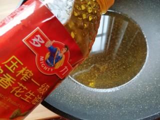 金牌天津扣肉,炒锅内倒入适量的多力浓香花生油烧热。