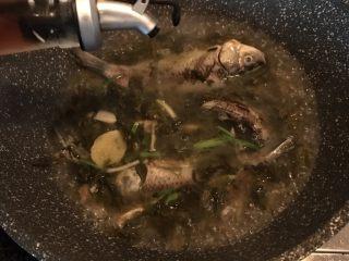 酸菜炖野生杂鱼,加入黄酒