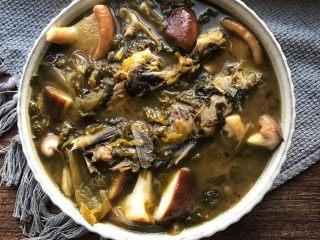 酸菜炖野生杂鱼,出锅