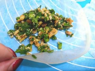薄皮虾米鸡蛋韭菜盒子,揭开后,铺开放入馅
