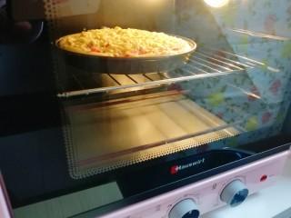培根肉披萨,上下管200度烤20分钟。