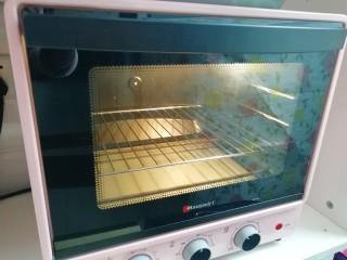 培根肉披萨,烤箱上下管200度预热。