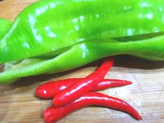 咸菜肉丝儿炒笋,半个青椒,三个米辣洗净,去仔