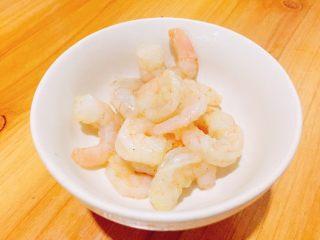 金牌虾仁面筋,小火 放入腌制好的虾仁 滑炒变色捞出