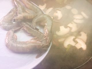 家乡美食+汤煮元宵,水开后加入虾