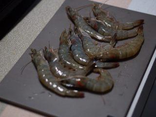 虾滑球(低淀粉大颗粒版),准备青虾,虾头分离,虾肉去壳,虾头不要扔留着煮汤