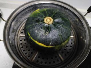 板栗南瓜盅,水开后放入蒸锅中。