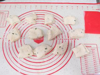 可爱滴迷你小面包~【土豆香葱餐包】,均分为12个小面团