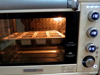可爱滴迷你小面包~【土豆香葱餐包】,放入预热好的烤箱中层上下管170度烤制12-15分钟