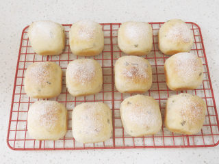 可爱滴迷你小面包~【土豆香葱餐包】,取出,放晾网上晾凉即可