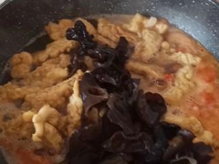 酸汤小酥肉,放入木耳再煮十分钟