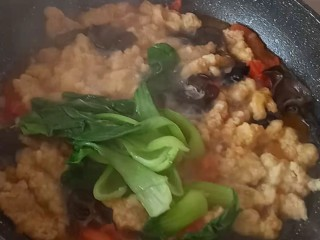 酸汤小酥肉,放油菜