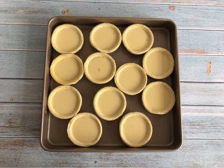 旺仔蛋挞,倒入蛋挞皮中,八分满,烤箱提前预热上下火200度烤20分钟
