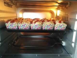 鱼松芝士纸杯面包,放入预热好的烤箱中下层上火150度,下火160度,烘烤20分钟左右
