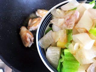 芽芽私房菜~咖喱鸡翅中,加入之前炒好的洋葱土豆泡椒