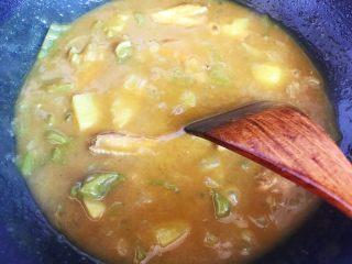 芽芽私房菜~咖喱鸡翅中,一边煮一边用锅铲搅拌,以免糊锅