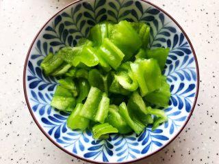 芽芽私房菜~咖喱鸡翅中,泡椒去蒂去籽,洗净之后切成小块