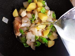 芽芽私房菜~咖喱鸡翅中,加适量清水