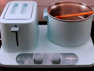 家常辣炒土豆丝,东菱早餐机的汤锅里,加入适量的清水烧开后。