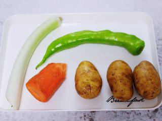 家常辣炒土豆丝,首先备齐所有的食材。