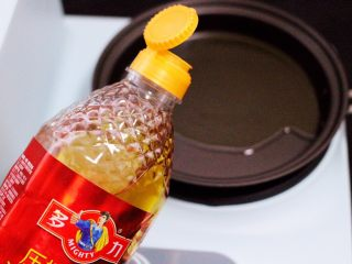 家常辣炒土豆丝,锅中倒入花生油烧热后。