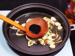 家常辣炒土豆丝,先爆香葱蒜后,加入生抽和花椒粉。