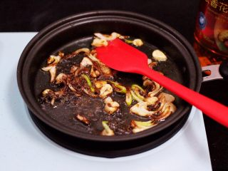 家常辣炒土豆丝,大火把所有调料翻炒出香味。