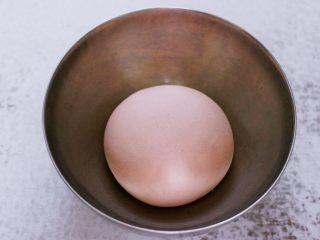 酸菜猪肉粉嫩饺子,和好的面团用手揉圆后,放入一个容器里,盖上保鲜膜静置一会儿。