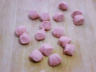 酸菜猪肉粉嫩饺子,静置好的面团排气揉匀后,用手搓成长条后,用手揪成大小一致的剂子。