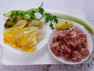 酸菜猪肉粉嫩饺子,首先备齐馅料的食材。
