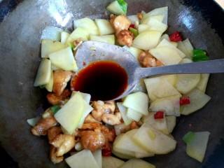 土豆片干豆腐烧鸡翅根,加入两勺生抽