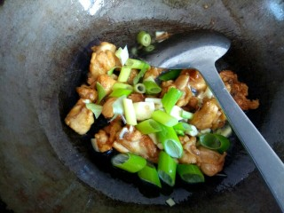 土豆片干豆腐烧鸡翅根,放入葱姜蒜翻炒