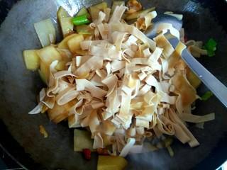 土豆片干豆腐烧鸡翅根,加入干豆腐丝翻炒