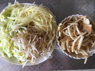 炒焖饼,提前准备好所需配料,土豆切丝,圆白菜切丝,绿豆芽洗净