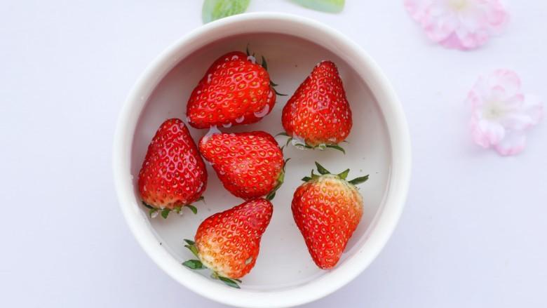 两分钟自制超nice的草莓奶昔,草莓用盐水浸泡几分钟去蒂清洗干净。