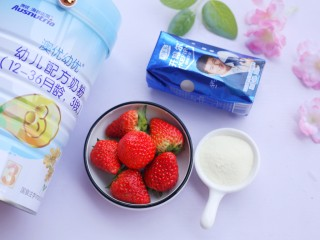 两分钟自制超nice的草莓奶昔,准备材料:草莓6个,浓稠酸奶1瓶,澳优爱优奶粉2勺