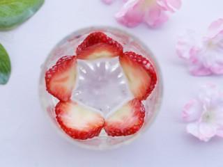 两分钟自制超nice的草莓奶昔,装饰杯子内侧。