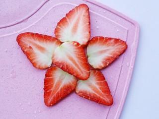 两分钟自制超nice的草莓奶昔,切出6片草莓。