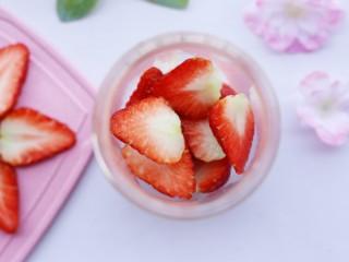 两分钟自制超nice的草莓奶昔,其余切块放入果汁机中。