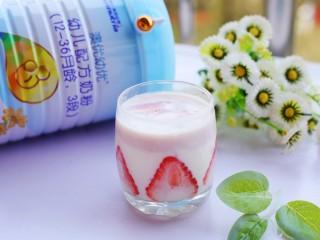 两分钟自制超nice的草莓奶昔,宝宝很喜欢。