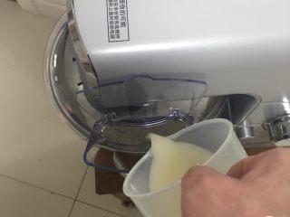 红枣全麦面包+小麦预拌粉版,启动厨师机,倒入发酵液。