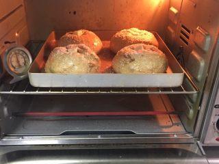红枣全麦面包+小麦预拌粉版,烤箱预热至180度,金盘送入烤箱烤制20分钟。