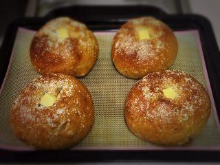 红枣全麦面包+小麦预拌粉版,烤完拿出冷却。