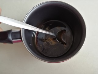红糖红枣馒头,红糖先用30克水煮至融化,边煮边搅拌,煮好后的红糖水有65克。