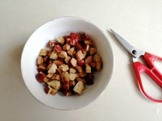 红糖红枣馒头,红枣核去掉,红枣剪成小块状,最好选用肉厚那种红枣