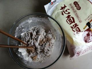 红糖红枣馒头,将红糖酵母水倒入面粉里,用筷子搅拌成絮状